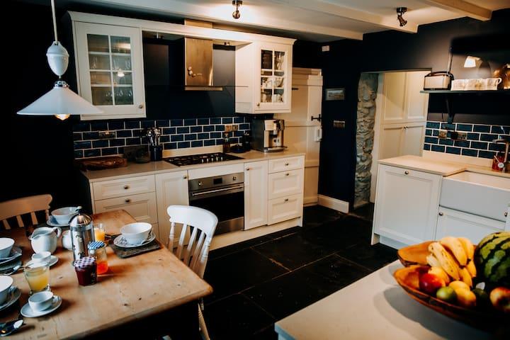 Golden House - Luxury St Davids Cottage w/parking