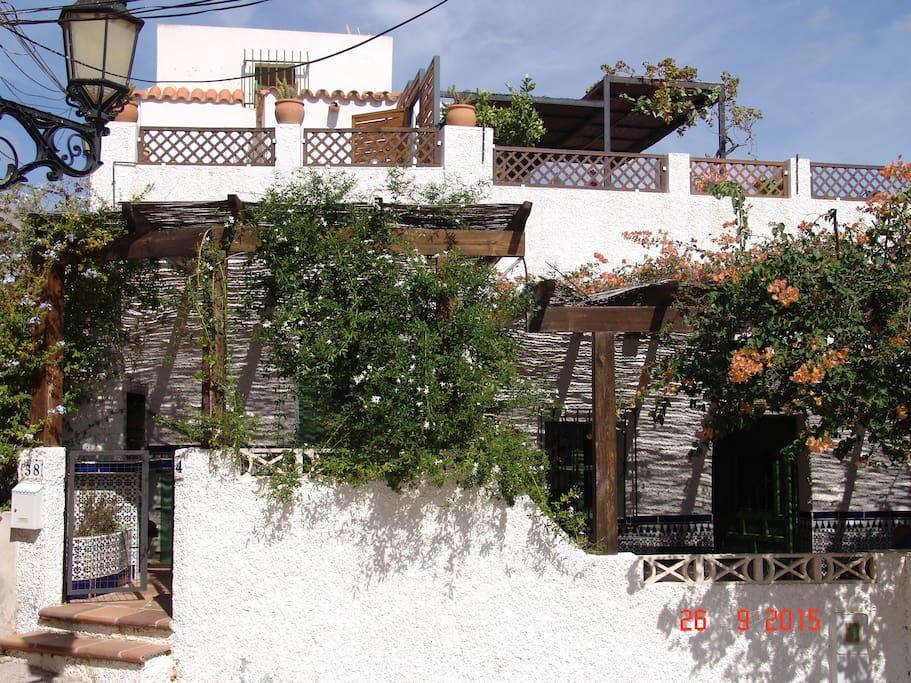 Façade de la maison et ses terrasses