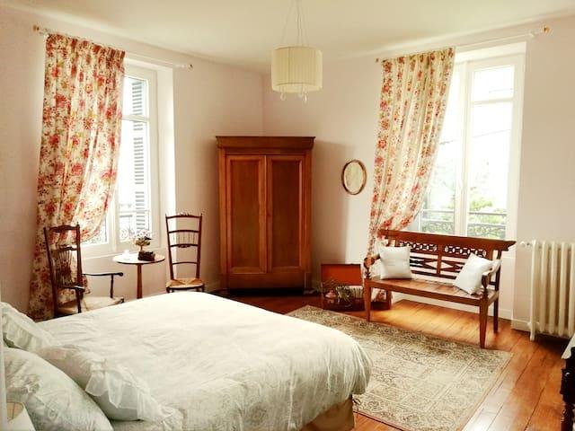 Chambres et table d'hôte dans maison de maître.