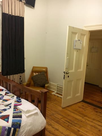 Spacious room in cosy CBD homestead