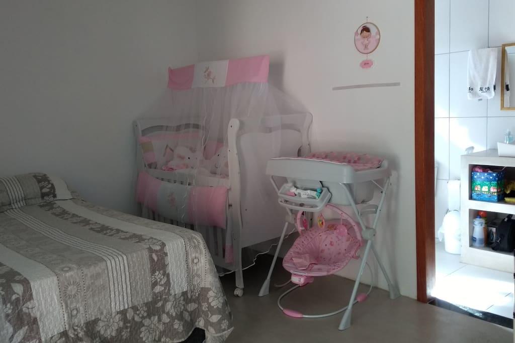 Suíte com berço e banheira para bebê