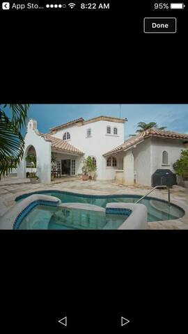 Luxurious 4 bed villa, fabulous deck for relaxing