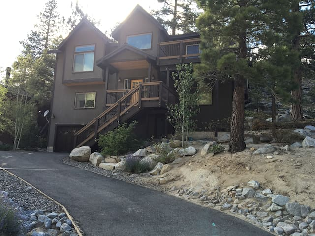 1/2 mile from Heavenly - Modern Mountain Room! - South Lake Tahoe - House