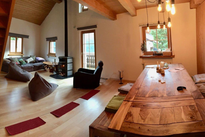 Gemeinsam genutztes Wohnzimmer mit Kamin und Essbereich