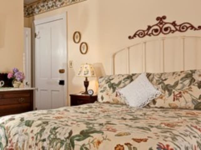 Virginia Room - Brickhouse Inn