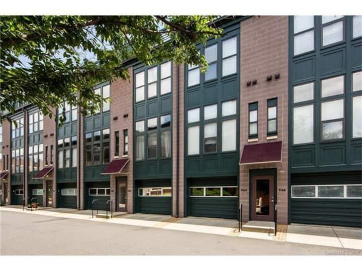 Newly renovated 2 BR/2BA Condo on the Blue Line!!!