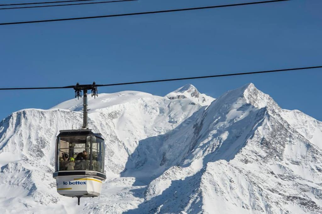 Télécabine du Bettex avec le Mont Blanc en arrière-plan