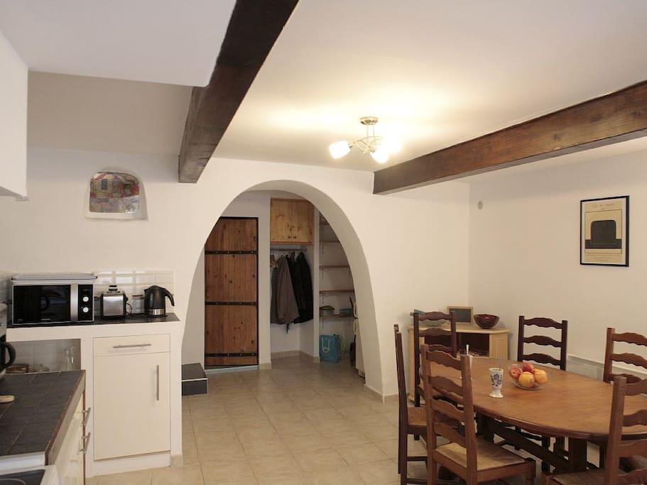 Cuisine tout équipé moderne et salle à manger chaleureuse