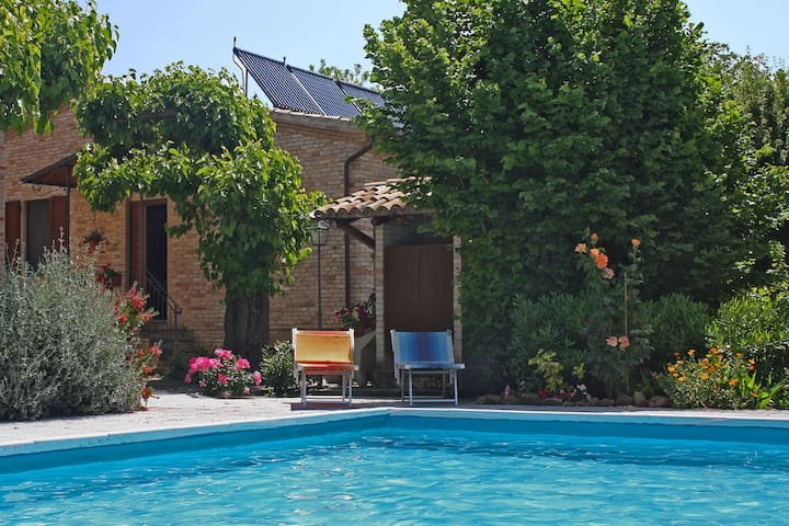 Stunning villa with private swimming pool in hilly surroundings near Macerata
