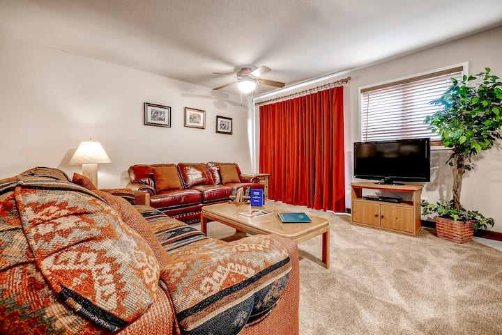 Family-friendly mountain view condo w/fireplace, shared gas grills, washer/dryer