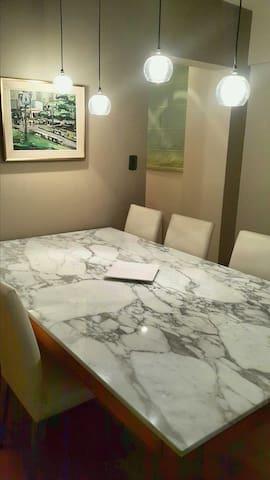 Mesa de marmol con muy buena iluminacion