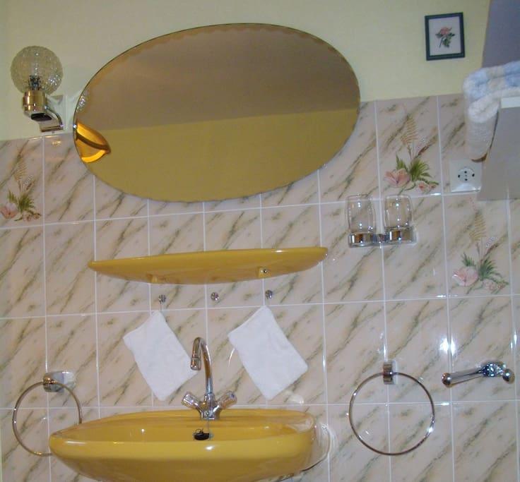 Waschbecken im Zimmer