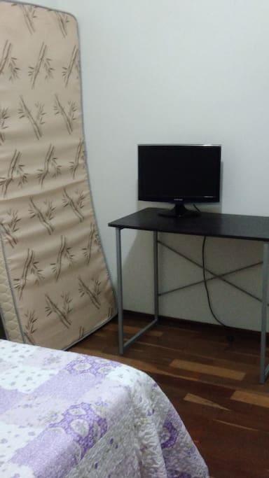 Mesa para estudo e colchão de solteiro