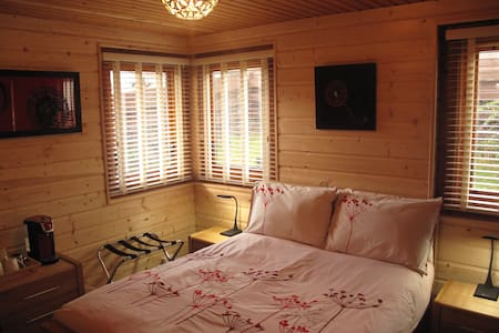 Cosy double en suite in a log house - Lochcarron