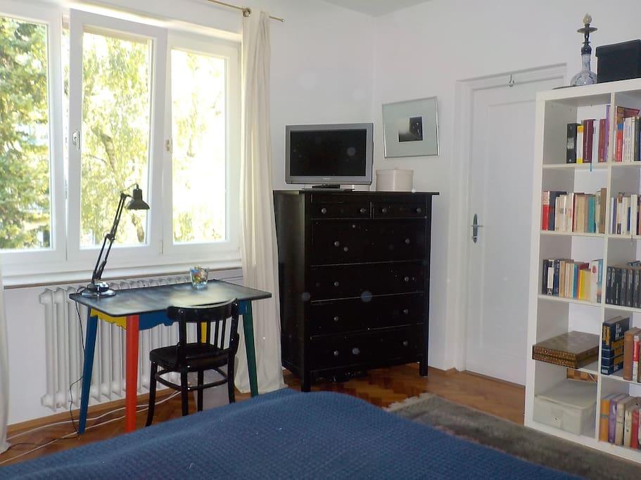 Großes Gästezimmer mit Tür  zum Badezimmer, TV
