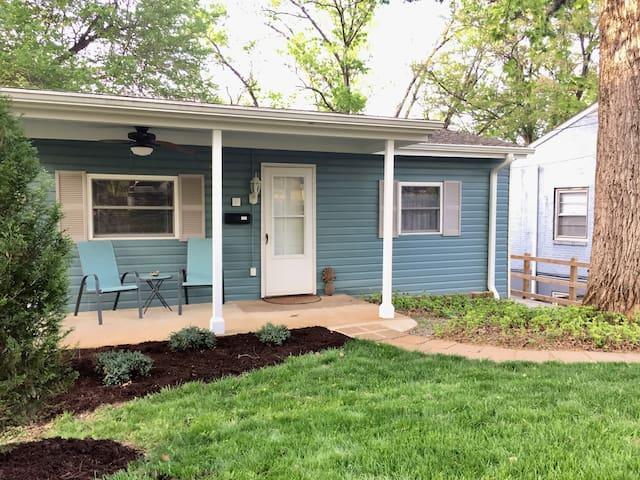 Knotty Pine: Cozy Cottage, Friendly Neighborhood