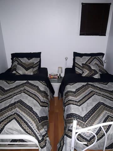 Chambre à coucher secondaire (2 lits simple)