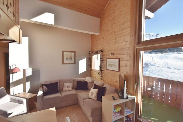 Spacious 3 bed duplex for 8 opposite the slopes with access to pool!