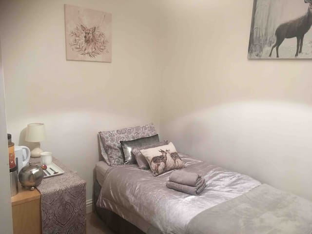 Single bed in house near Derby Uni and City Center