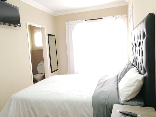 M n M Guesthouse: Double bed with en-suite. Room 5