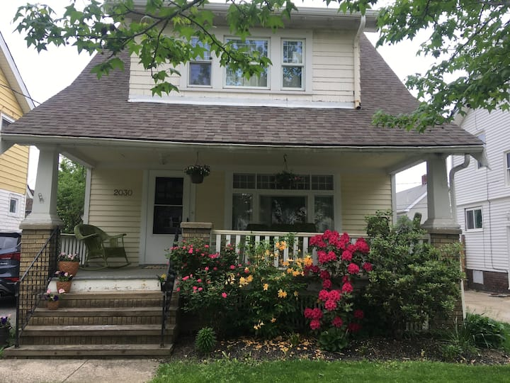 Entire home less than 10 mins to Downtown!