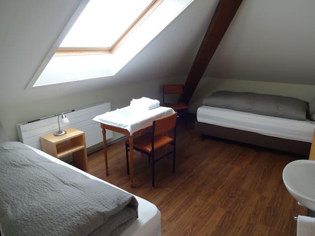Doppelzimmer-Gemeinsames Badezimmer-DZ ohne WC/D 2. Stock