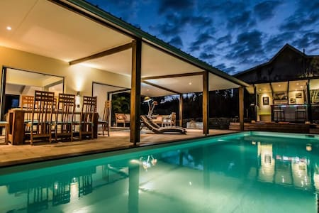 Villa contemporaine à St-Gilles + piscine chauffée
