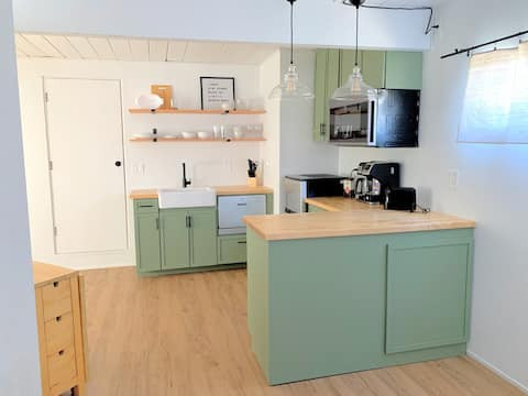 Modern 1 Bedroom Private Suite with Kitchenette
