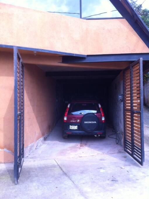 Estacionamiento para un auto.