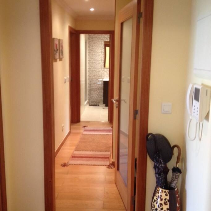 Vista do hall de entrada para banheiro e quartos | View from the hall to the bathroom and bedrooms