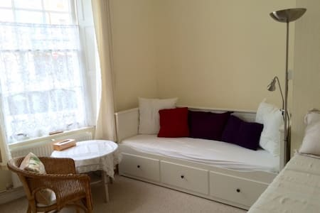 Bright room in town centre - Dawlish - House