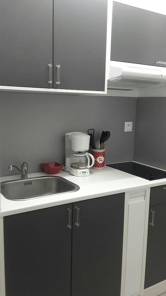cuisine avec ustensiles de cuisine, micro-onde multi-fonctions, grand frigidaire congélateur
