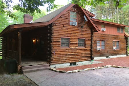 Adirondack Spacious Log Home on the Hudson River - Hadley