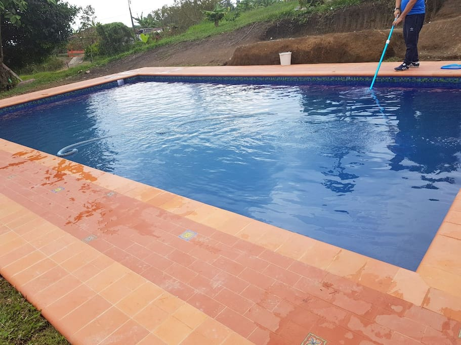 piscina y campo de juego