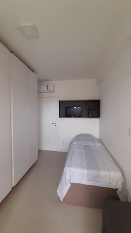 Segunda suite com bicama, ar condicionado, TV e amplo armário