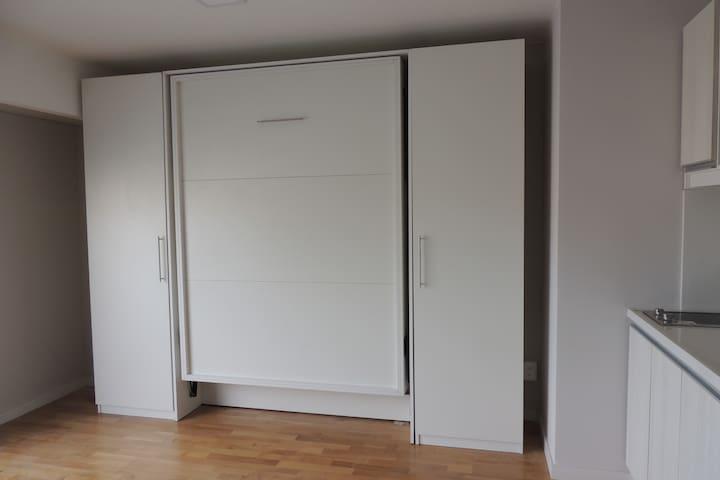 Cama rebatible con amplio espacio en el apartamento