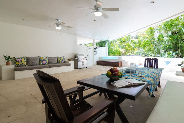 PRIVATE POOL CONDO ON 5TH AVE, BBQ, PARKING 4 BDRM