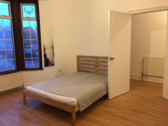 1. Spacious double room in brand new  house zone3