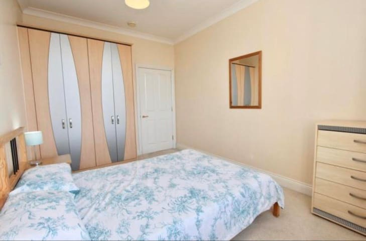 Cosy double bed with private bathroom by marina