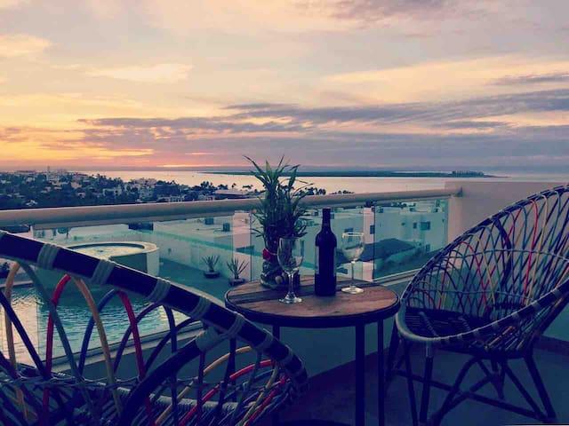 La Paz Condo w/City, Bay & Pool Views from Balcony