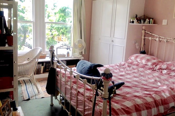 Sweet Artistic Double Room in West London House