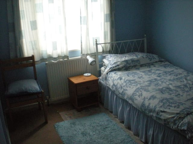 Spacious single room with free parking and wifi