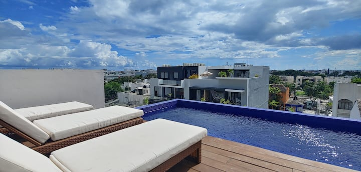 Top Floor Apartment with Rooftop Pool City Views