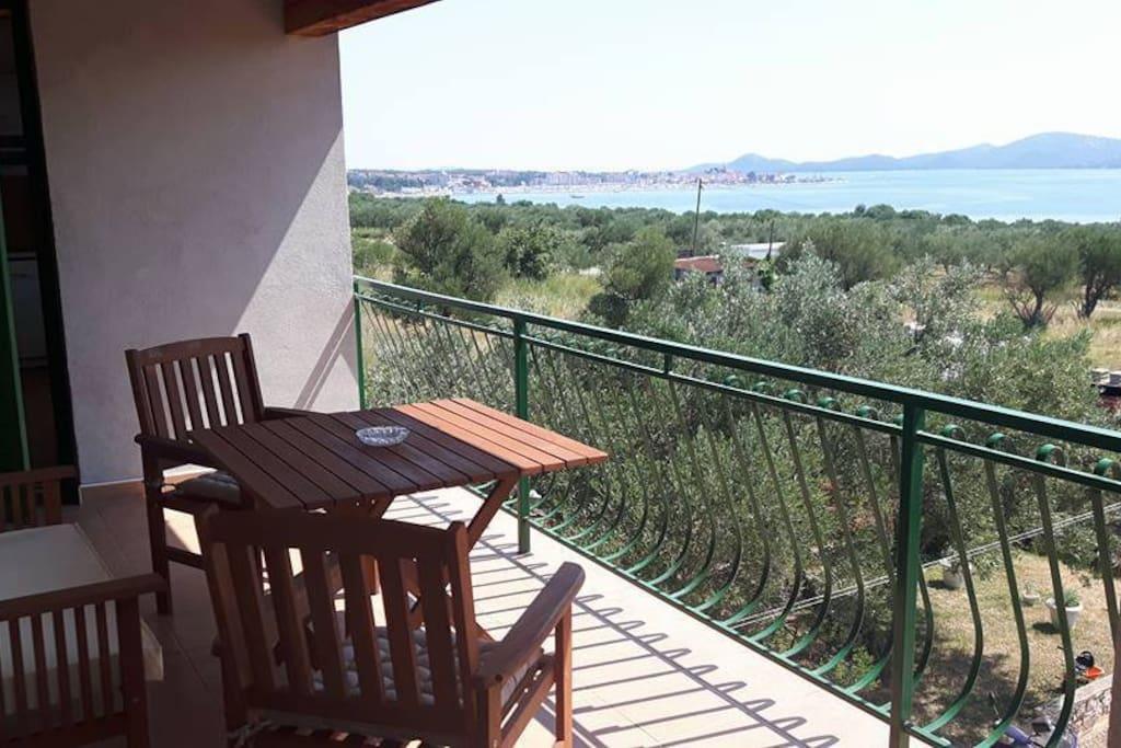 Veliki balkon sa pogledom na more i pogledom na Biograd na Moru