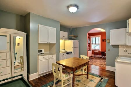 2BR/1BA Cheerful Jones St Condo: Downtown 748966 - Savannah