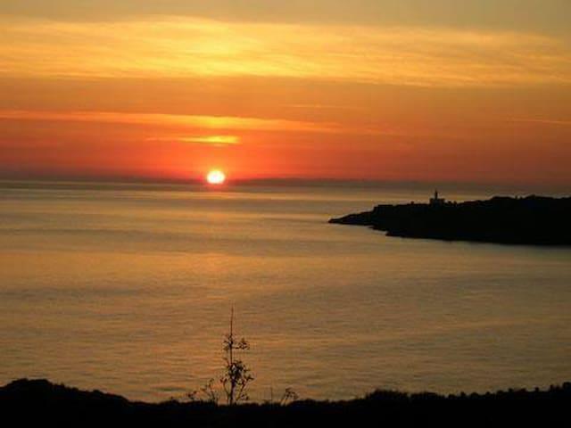 L'appartamento è situato nella parte orientale dell'isola da cui è possibile godersi l'alba.