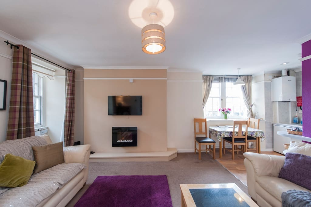 Fun Living Room View On Royal Mile Near Castle Apartments For Rent In Edinburgh United Kingdom