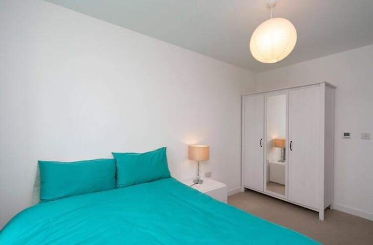Double room with private bathroom in a modern flat
