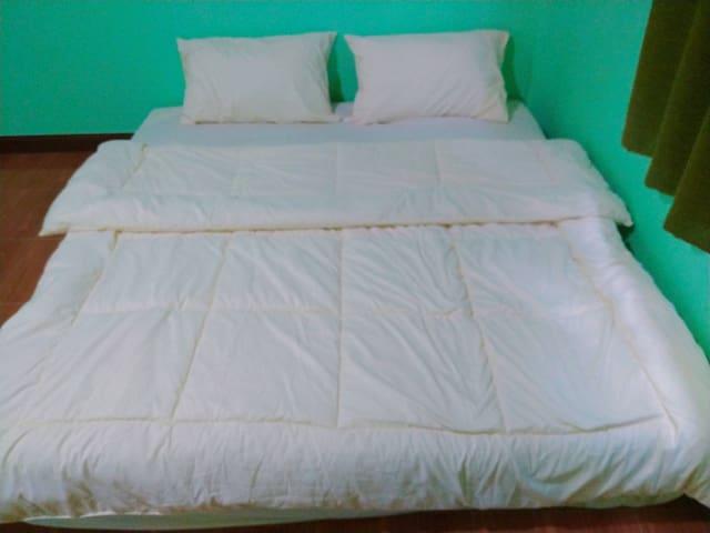 ห้องนอนกว้างขวาง  ที่นอนนุ่มสบาย
