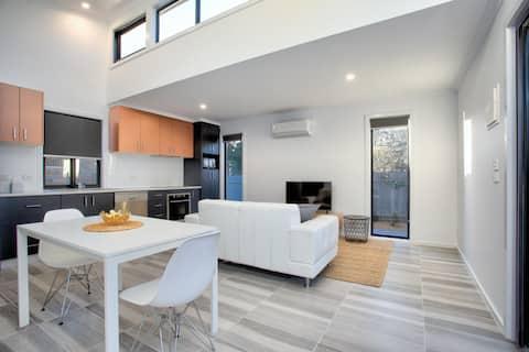Skylit Spacious 1 Bedroom house - sparkling clean